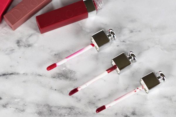 Sản phẩm này ứng dụng công nghệ nhuộm môi của Dior, mang đến lớp son lì tuyệt đối với cảm giác mỏng nhẹ như làn da môi thật.