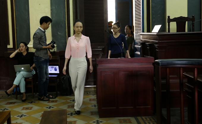 Hoa hậu Phương Nga trầm ngâm trong ngày thứ hai ở tòa