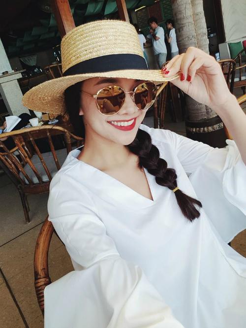 Thanh Hằng nở nụ cười rạng rỡ, gửi lời chúc đến các fan đang dự kỳ thi Đại học.