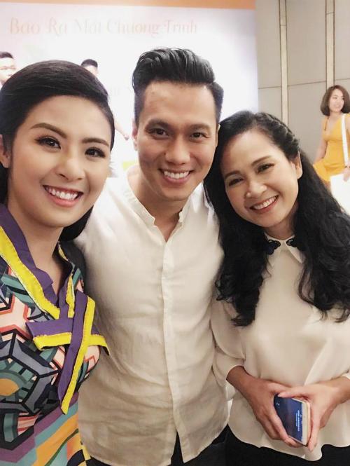 Ngọc Hân khoe ảnh chụp cùng với diễn viên Việt Anh và NSƯT Lan Hương. Cô viết: Ahihi mình cũng là fan của mẹ chồng vàsoái ca đấy.