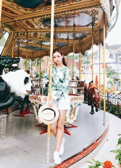 Hoa hậu Mỹ Linh phụng phịu vì quá tuổi không được chơi ngựa gỗ.