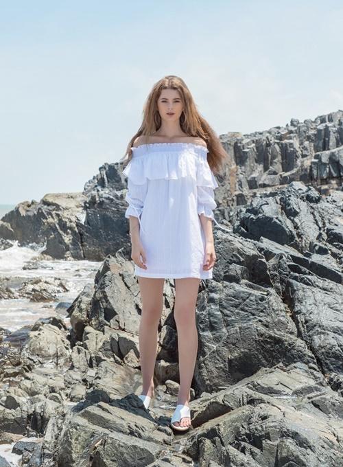 Đầm hở vai màu trắng tôn lên vẻ điệu đà, kiêu kỳ của phái đẹp trong những ngày hè.