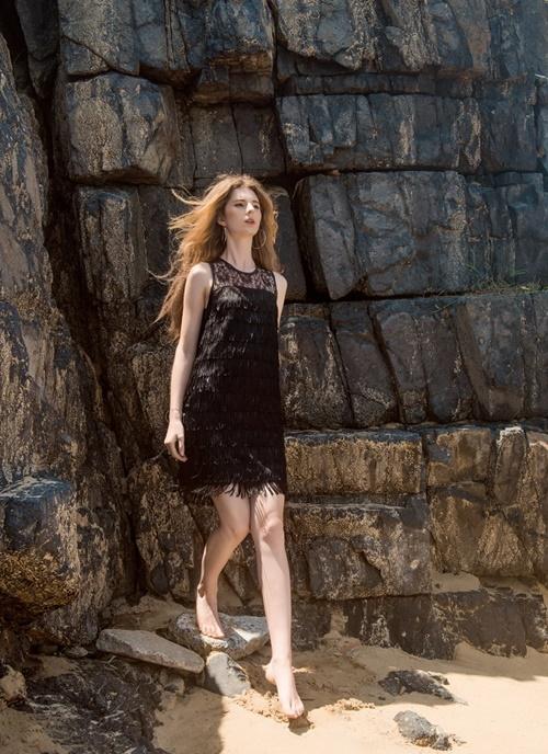 Chiếc đầm tua rua màu đen có thể giúp bạn quyến rũ hơn khi đi tiệc.
