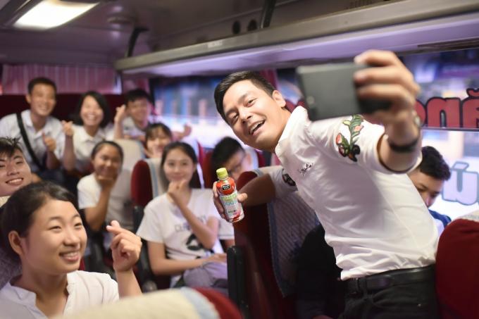 mc-phan-anh-selfie-cung-si-tu-tren-xe-buyt-nutriboost-3