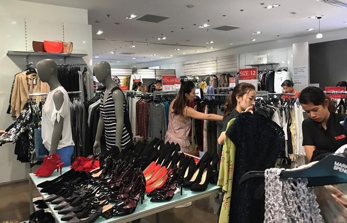 Dòng thời trang cao cấp Marks and Spencer có nhiều sản phẩm giúp phái nữ tôn dáng, đem lại sự lịch lãm, nam tính cho các quý ông.