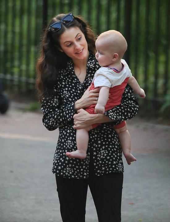 Bạn gái thủ lĩnh nhómRolling Stones, Melanie Hamrick đưa con trai 6 tháng tuổi ra công viêcn