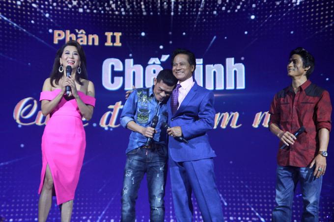 che-linh-hanh-phuc-om-con-trai-tren-san-khau-4