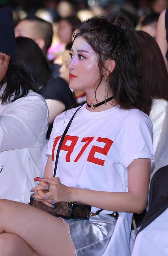 kim-tuyen-huyen-my-co-vu-cho-hong-nhung-hat-giua-troi-nong-buc-1