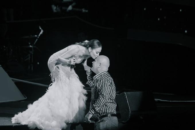Suốt đêm nhạc, anh ngồi ở hàng ghế đầu tiên xem vợ trình diễn. Khi vợ khó khăn di chuyển vì chiếc váy đuôi cá, anh đã lên hỗ trợ cô. Đáp lại cử chỉ quan tâm này, Thu Minh đã trao vội cho chồng nụ hôn thay cho lời cám ơn.