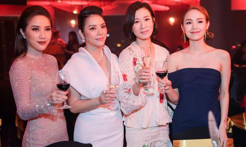 Xa Thi Mạn bất ngờ khi được các sao Việt hát mừng sinh nhật