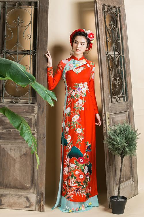 Thay vì những mẫu áo dài ren cầu kỳ, cô dâu có thể gây ấn tượng với quan khách trong ngày trọng đại bằng áo dài lụa hoạ tiết tươi sáng. Vải lụa tơ tắm có ưu điểm mềm, rủ nhưng vẫn đúng dáng, tạo nét sang trọng và thanh lịch.
