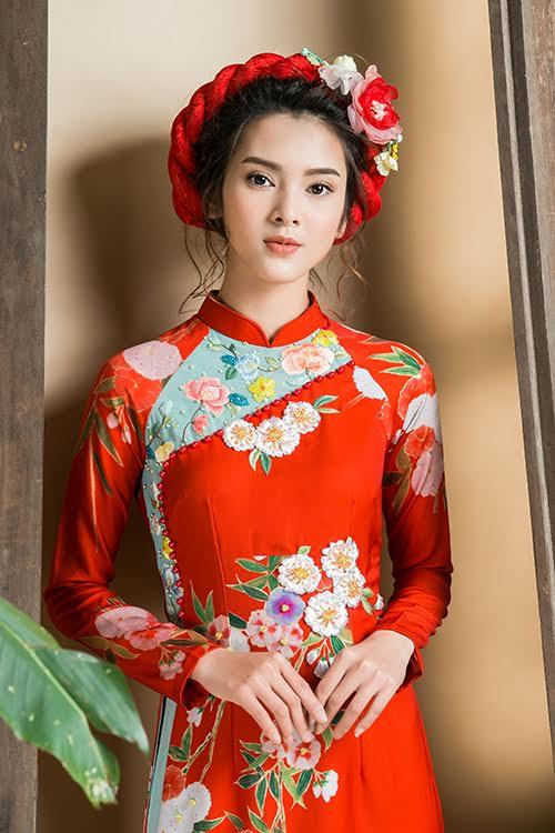 Trên nền vài lụa đỏ, hoa văn in chìm và thêu tay với màu sắc đối lập được kết hợp đan xen, mang đến điểm nhấn thú vị cho cô dâu trong ngày cưới.