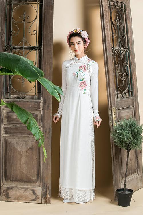 Hoạ tiết hoa trải dài dọc theo tà áo và uốn cong ở gần eo giúp cô dâu trông thon gọn, thanh thoát hơn.