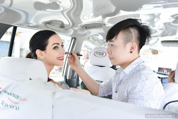 Vì phải liên tục di chuyển nên đôi lúc Lý Trường Giới phải tranh thủ trang điểm cho Hoa hậu trên xe ô tô.