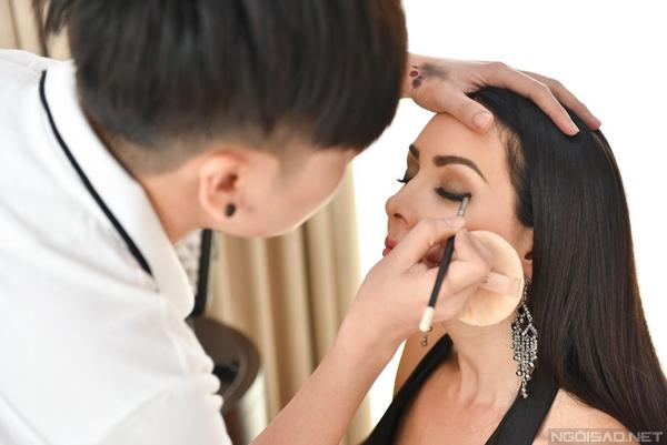 Đồng hành cùng Hoa hậu Natalie trong chuyến công tác này là chuyên gia trang điểm Lý Trường Giới. Vì lịch trình làm việc khá bận rộn nên Hoa hậu Natalie phải liên tục thay đổi kiểu tóc và trang điểm.