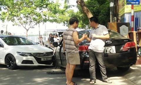 Sau va chạm xe, 2 tài xế bắt tay nhau và cùng phân làn đường