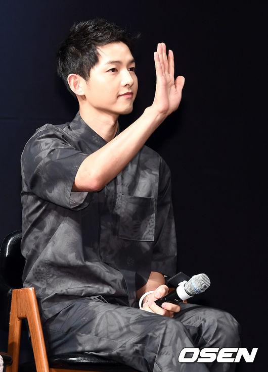song-joong-ki-tuoi-roi-o-hop-bao-1