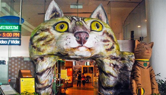 Bảo tàng Mèo nằm ở phía bắc Tòa thị chính thành phố Kuching đã khắc họa lịch sử 5000 năm của loài mèo (Nguồn: Esme Fox)