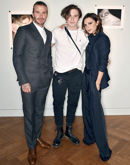 Vợ chồng Becks tự hào chụp ảnh cùng con trai lớn 18 tuổi trong buổi ra mắt sách ảnh đầu tay của B