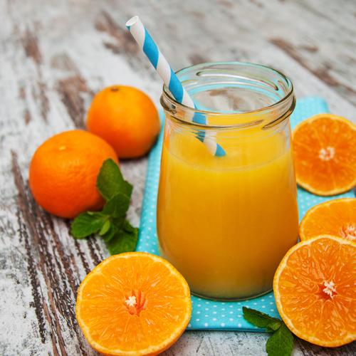 Nước ép cam dứa tăng cường vitamin C, cho làn da trắng mịn.