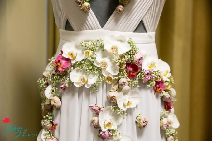 Cận cảnh những bông hoa được thêu cầu kỳ lên thân và chân váy.