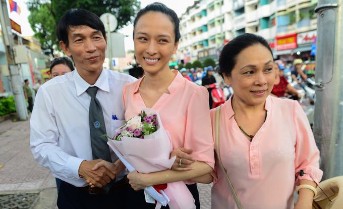 Khoảnh khắc hoa hậu Phương Nga rời trại tạm giam
