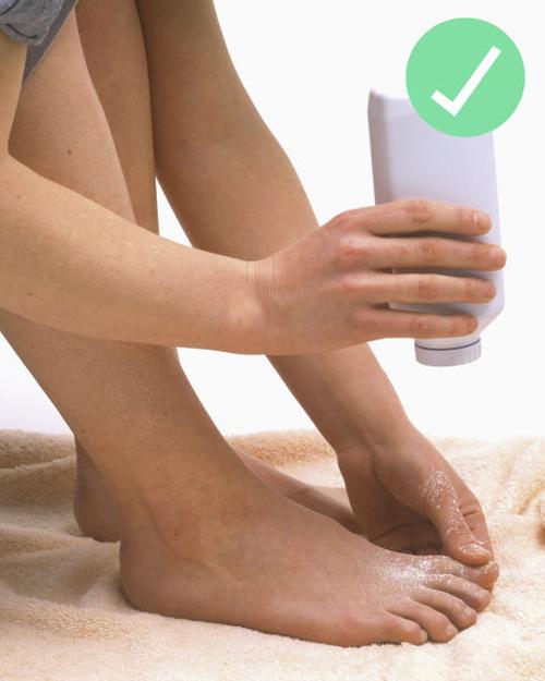 Dùng phấn rôm để khử mùi hôi chân và giày