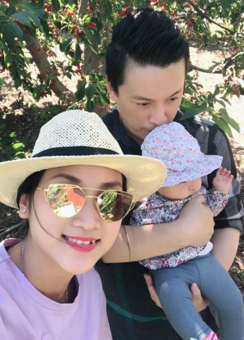 Gia đình Lam Trường đưa con gái ra vườn hái cherry.