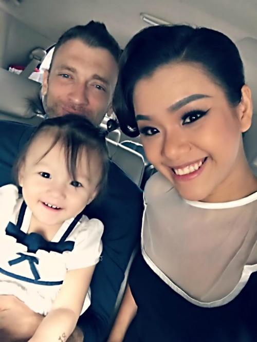 Chồng và con gái Phương Vy tiễn cô ra sân bay đi công tác.
