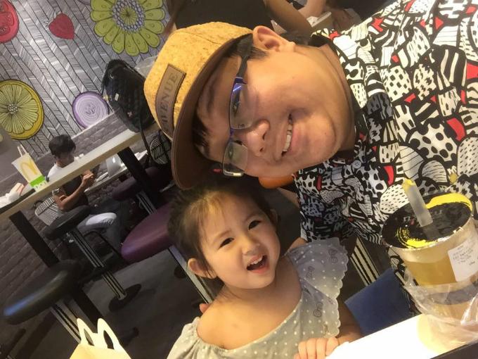 Diễn viên Gia Bảo khoe con gái đáng yêu. Hai cha con đi ăn nhân ngày gia đình muộn.