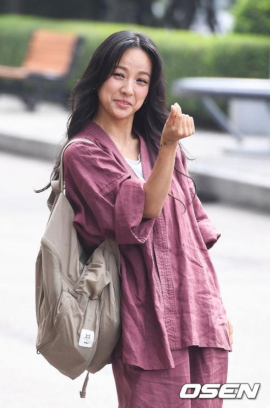 lee-hyori-de-mat-moc-trang-phuc-luom-thuom-khi-ve-seoul-3