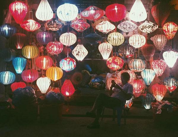 Liberty chụp ảnh đèn lồng tại Hội An, xuýt xoa trước vẻ đẹp của phố cổ