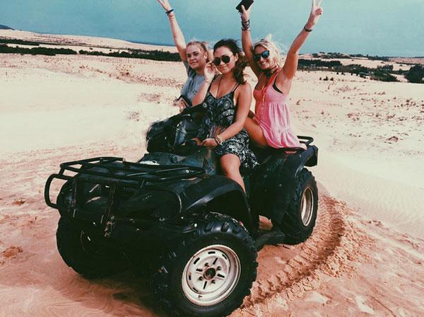 Liberty và hai cô bạn tạo dáng trên đồi cát tại Mũi Né, Phan Thiết.