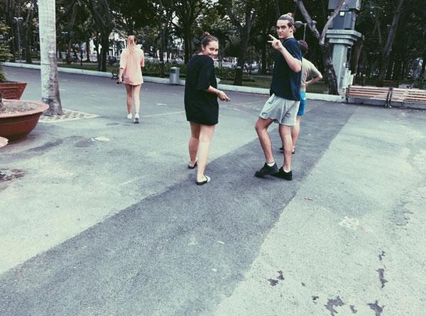 Cô gái tuổi teen thích thú đi dạo tại TP Hồ Chí Minh khi mới đến vào đầu tháng 5.