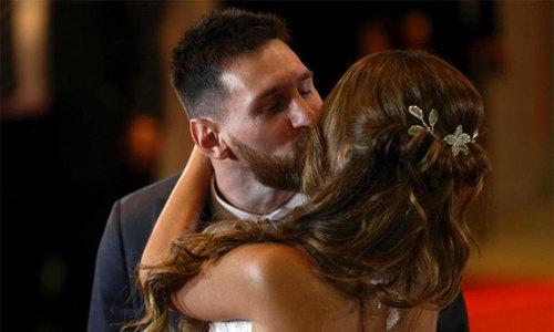 Messi hôn cô dâu lộng lẫy trước 'rừng' khách VIP