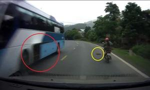 Thớt văng ra từ cốp ôtô, một phụ nữ đi xe máy ngã sấp xuống đường
