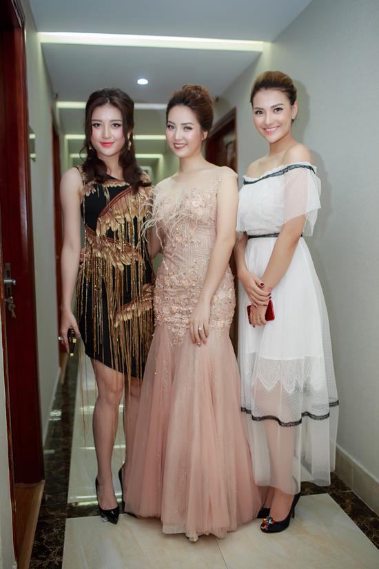 Tại event tối 1/7, Hồng Quế có dịp hội ngộ với Á hậu Thuỵ Vân và Á hậu Huyền My. Cả ba người đẹp đều quen biết nhau đã nhiều năm nên khi gặp gỡ đã thân thiết trò chuyện.