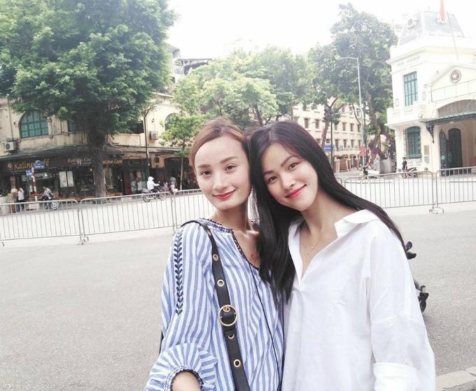 Lê Thuý và Tuyết Lan chào tháng mới ở phố đi bộ Hà Nội.