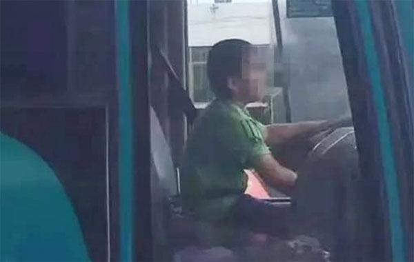 be-trai-12-tuoi-trom-xe-bus-lai-tren-duong-suot-40-phut