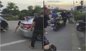 Người đi đường 'tấn công' nam thanh niên đánh vợ giữa phố