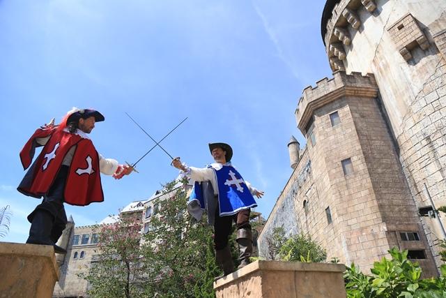 Đấu kiếm để thể hiện khí phách anh hùng của người lính ngự lâm. Những màn đấu kiếm sống động mà du khách được chứng kiến ở Sun World Ba Na Hills còn hơn thế, trở thành một show trình diễn nghệ thuật của những diễn viên châu Âu tại khu du lịch.