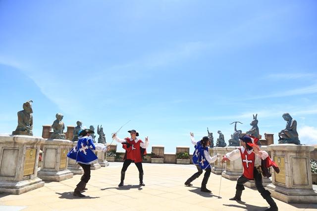 Khoảng sân rộng với những bức tượng, trang phục ngự lâm quân Anh thời Trung Cổ, những bước dịch chuyển lanh lẹ, chính các chàng lính ngự lâm cũng quên mất rằng mình đang đấu kiếm ở thời hiện đại.