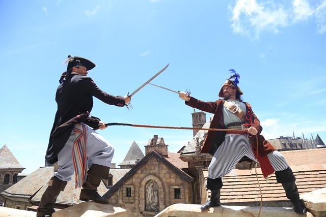 Tiếng kiếm va vào nhau trên không, những chàng lính ngự lâm tung mình lên cao, bám trụ trên những bức tường lâu đài cổ kính, bất cứ ai cũng nghĩ có một đoàn làm phim nào đó đang mượn không gian đậm chất châu Âu của Sun World Ba Na Hills làm cảnh quay cho một bộ phim cổ trang châu Âu.