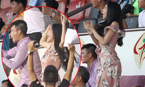 Mặc váy xẻ, Thủy Tiên vẫn nhảy cẫng cổ vũ đội bóng của chồng