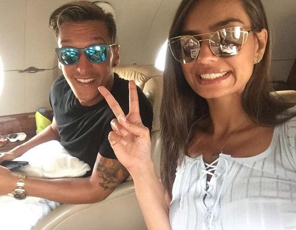 Ozil và bạn gái mới Amine Gulse