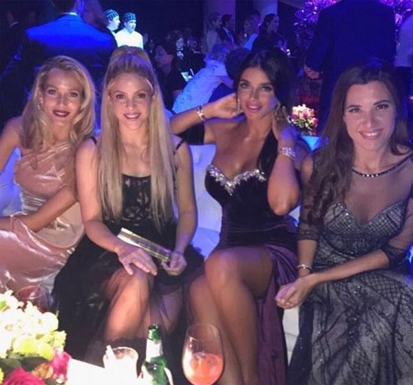 Shakira ngồi cạnh nửa kia của Puyol, Fabregas