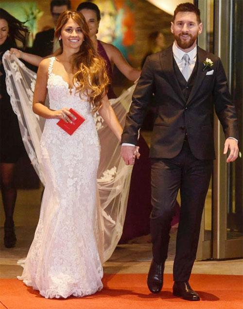 Messi và hôn thê Antonella rạng rỡ trong ngày cưới.