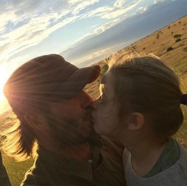 Becks khẳng định rằng không riêng con gái mà cả 3 cậu con trai anh đều thể hiện tình yêu bằng nụ hôn