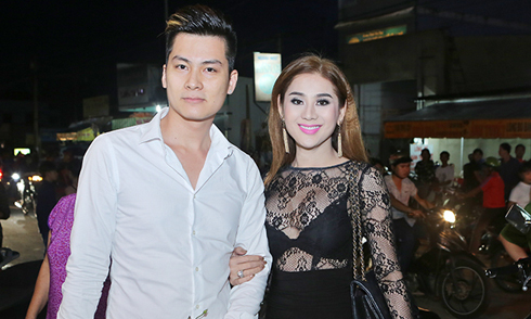 Lâm Khánh Chi mặc sexy, sánh đôi chồng sắp cưới đi sự kiện