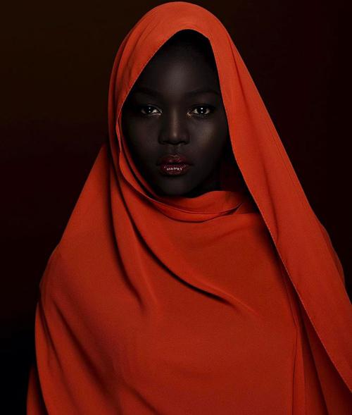 Nữ người mẫu đang sống ở Minneapolis, Minnesota, Mỹ.